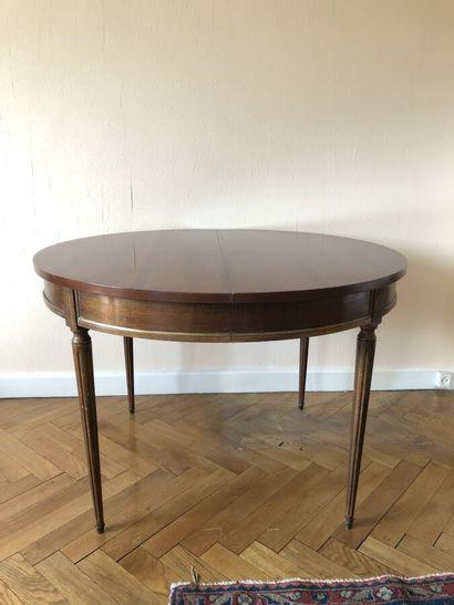 Table circulaire en bois naturel souligné...