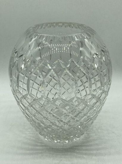 VASE ovoïde en cristal à décor taillé. H....