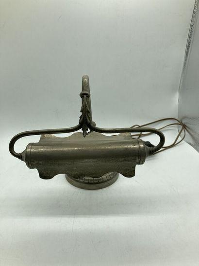 Lampe de piano en métal à décor découpé.  Vers 1900.