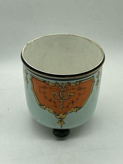 Un cache-pot en porcelaine céladon à décor...