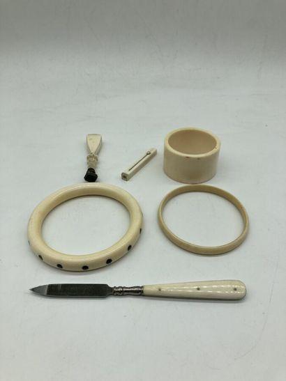 Lot d'OBJETS en ivoire et façon ivoire comprenant...