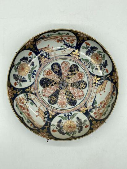 IMARI. Coupe en porcelaine à décor polychrome...
