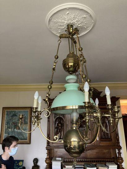 Importante suspension en bronze et laiton doré à trois bras de lumière retenant...