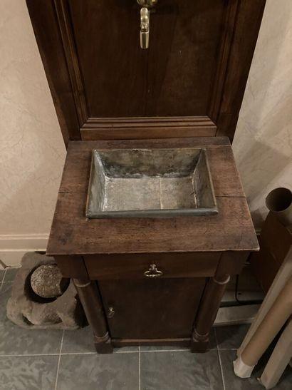 Fontaine en cuivre, le bâti en noyer ouvrant à une porte et un tiroir, flanqué de...