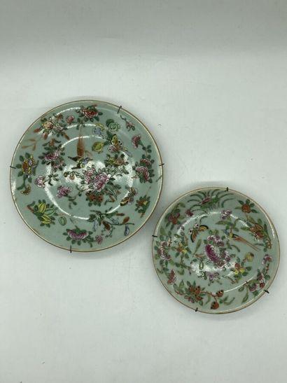 Deux assiettes en porcelaine céladon à décor...