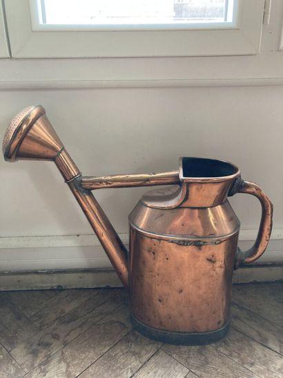Un bel arrosoir en cuivre à base métallique.  Accidents.  H. 42 cm