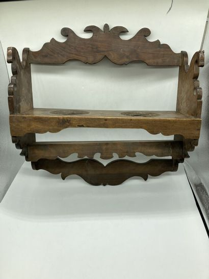 Art populaire.  Une étagère en bois naturel mouluré et sculpté de chevaux.  H. 52...