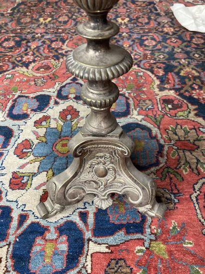Pique-cierge en bronze, fût à balustre, piètement tripode foncé de rocailles.