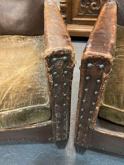 Paire de fauteuils de type club, garniture cuir clouté, assise velours.  Epoque...