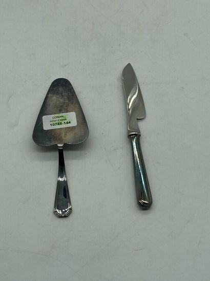 Christofle.  Service à fromage en métal argenté comprenant un couteau et un pelle...