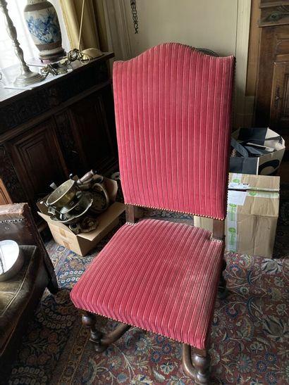 Suite de trois chaises à haut dossier, piètement...