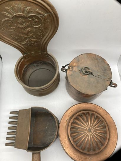 Lot de cuivres comprenant un moule couvert, un petit chaudron, un récipient cylindrique...