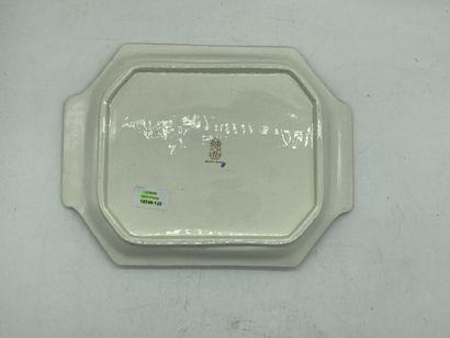 Gien.  Bannette en faïence à décor polychrome de pivoines.  33 x 25 cm