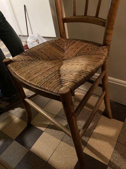 Suite de quatre chaises en bois fruitier, dossiers barreaudés.  Assises paillées...