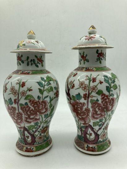 CHINE. Paire de VASES couverts en porcelaine...