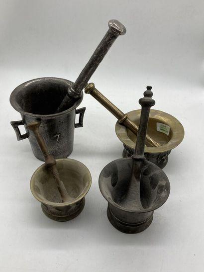 Suite de quatre mortiers en bronze doré ou...