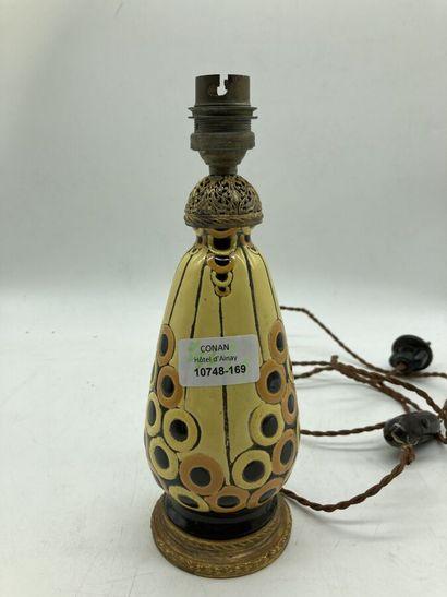 Pied de lampe formé d'un vase en céramique...
