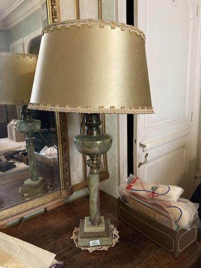 Lampe à pétrole à fût en onyx en forme de...