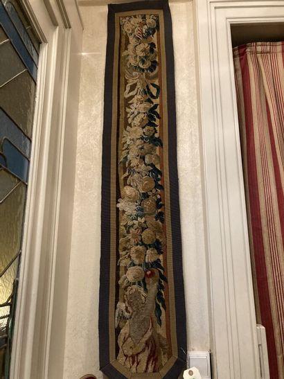 Elément de bordure de tapisserie d'Aubusson à décor de guirlandes en chutes et putto...