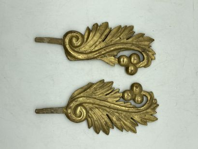 Deux éléments décoratifs en bois doré à décor...
