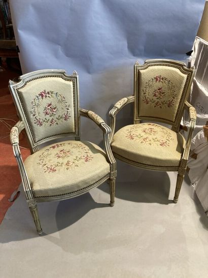Paire de fauteuils en bois laqué, dossier...