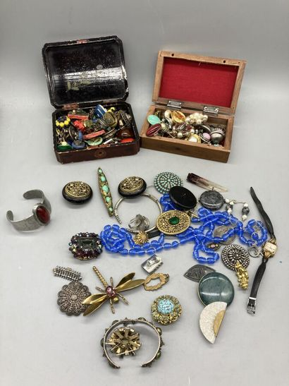 Lot de bijoux fantaisie donc bague, broche,...