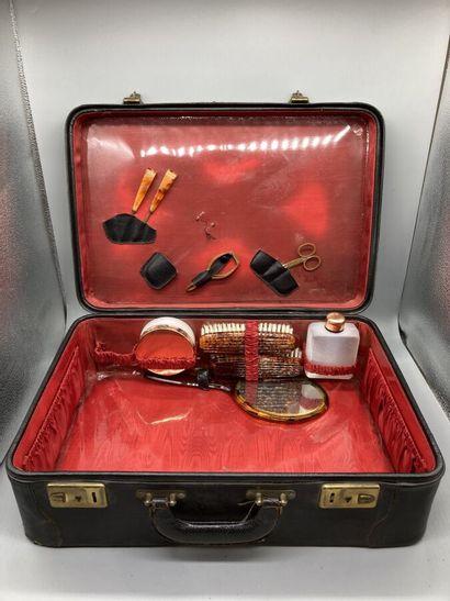 Valise de toilette gainée de cuir? avec une...