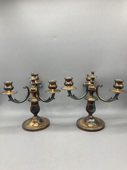 Une paire de candelabres à trois feux en...