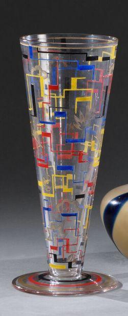 ARTEL  Vase conique en verre blanc à décor...