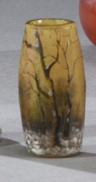 DAUM NANCY.  Vase miniature à corps obusal...