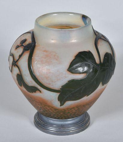 DAUM NANCY.  Vase ovoïde à corps épaulé et...