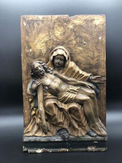 Panneau en bois sculpté figurant une Piéta....