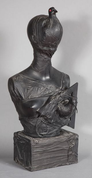 Claude FERAUD (1942-2020).  Buste Femme-Oiseau, 1979.  Moulage plastique thermo-fondu...