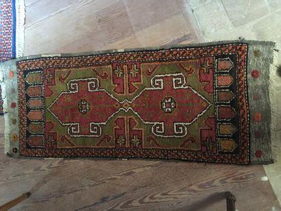 Un petit tapis d'Orient en laine à points...
