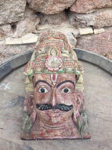 Un masque en bois boudhiste