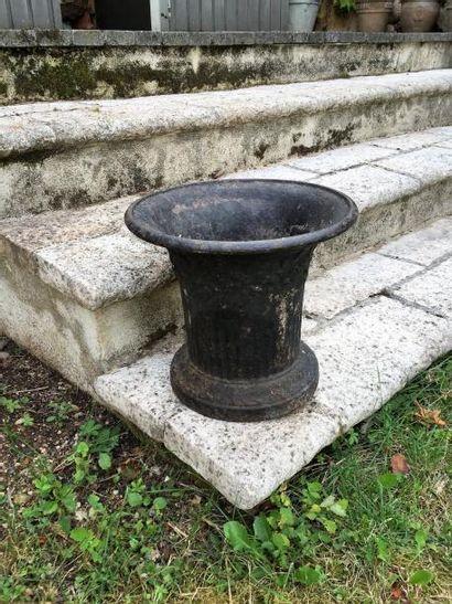 Suite de trois vasques en fonte relaquée...