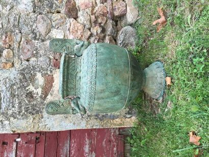 Vase à l'antique en fonte patinée vert, anses...