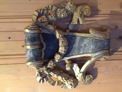 Elément de boiserie en bois sculpté doré...