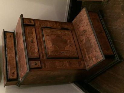 Oratoire en bois de placage dessinant des...