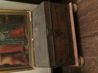 Coffre en bois, recouvert de cuir, décor...