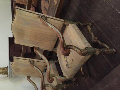 Quatre beaux fauteuils dans le style Régence...
