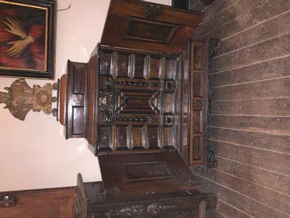 Cabinet en noyer mouluré et bois noirci dessinant...