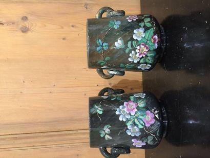Paire de caches pots en barbotine, décor...