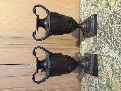 Paire de vases balustres en bronze patiné...