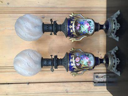 Paire de lampes à pétrole en porcelaine (Valentine?)...