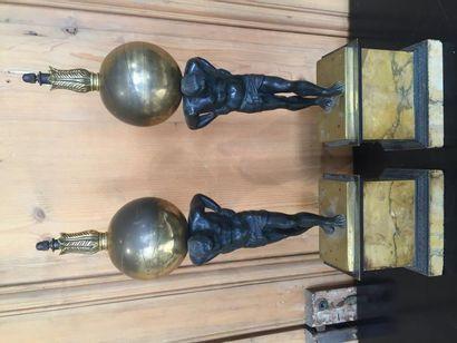 Paire d'Atlas en bronze patiné, socle en...