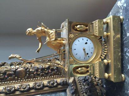 Pendule en bronze ciselé doré de forme de...
