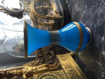 Vase balustre en opaline bleu à décor de...
