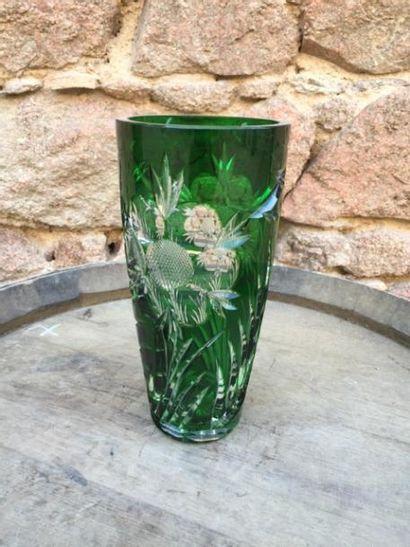 Un vase en cristal gravé