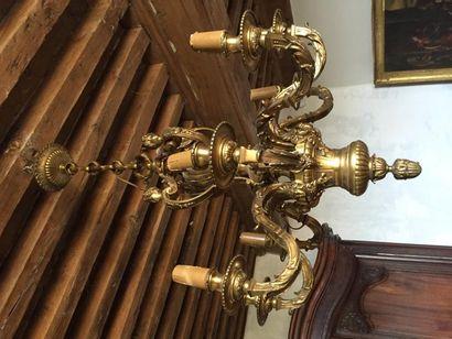 Grand lustre dans le style Louis XIV en bronze...